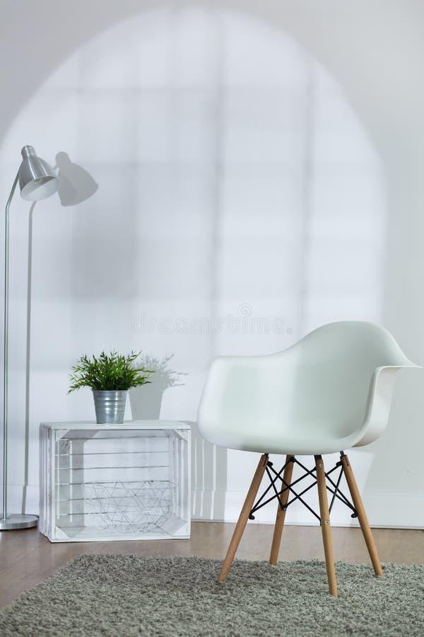 Sala de visitas acolhedor branca brilhante imagens de stock