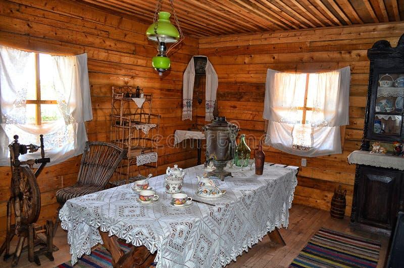 Sala de visitas antiga do cossaco no ethnocomplex no Don fotos de stock
