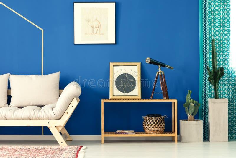 Sala de visitas azul com cacto foto de stock