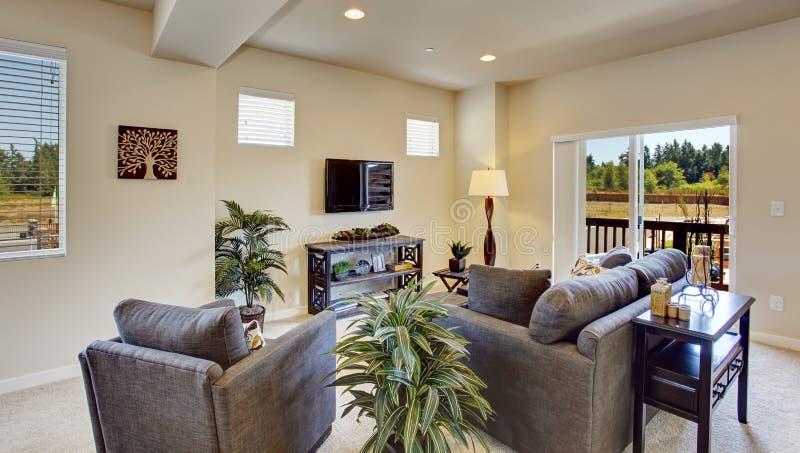 Sala de visitas bonita brilhante com plataforma do abandono foto de stock royalty free