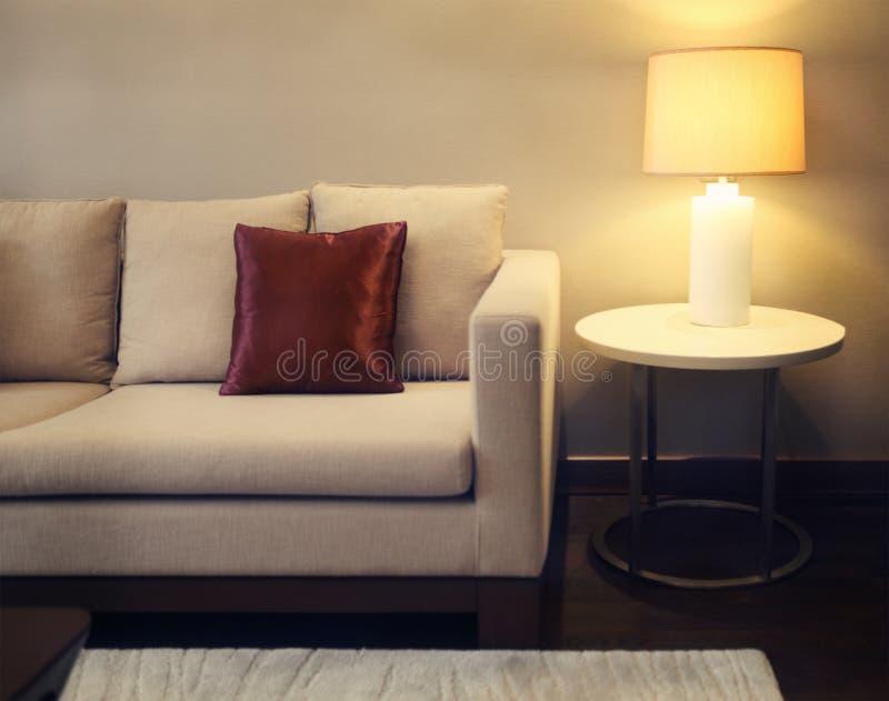 Sala de visitas bonita com sofá do baige foto de stock