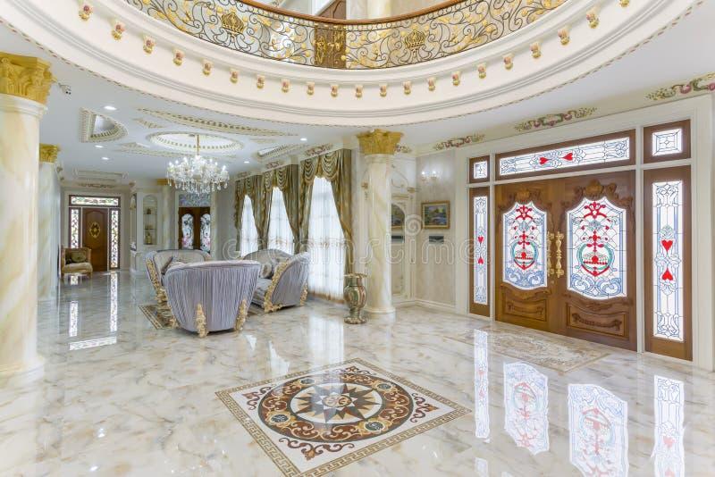 Sala de visitas bonita na casa nova imagem de stock royalty free