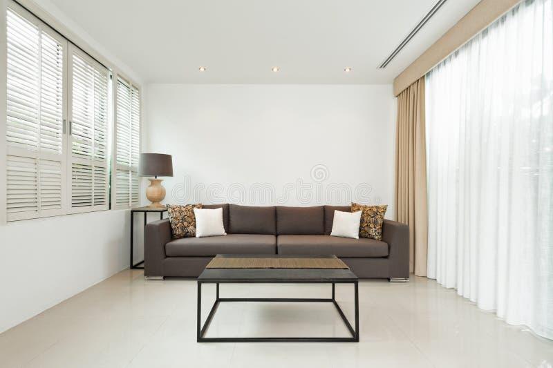 Sala de visitas brilhante com sofá cinzento foto de stock