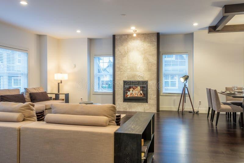 Sala de visitas brilhante espaçoso e sala de jantar fotografia de stock royalty free