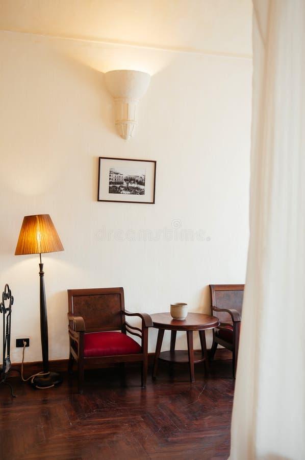 Sala de visitas colonial do vintage com cadeira e a mesa de centro de madeira fotos de stock royalty free