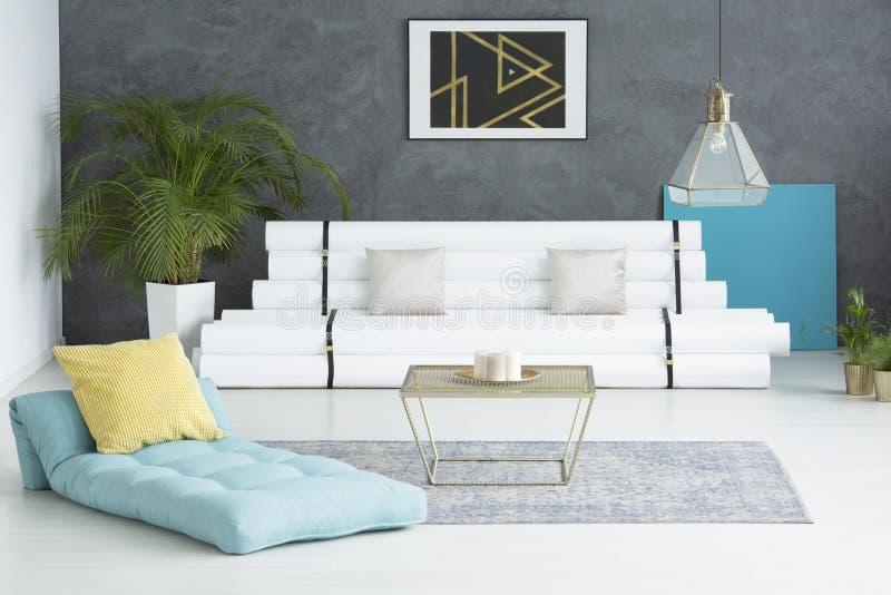 Sala de visitas com colchão azul imagens de stock royalty free