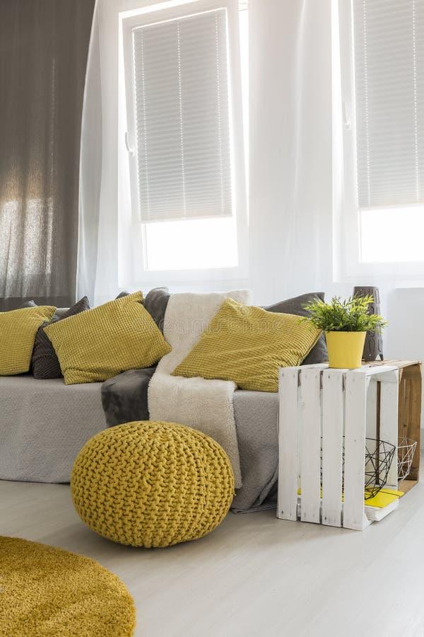 Sala de visitas com detalhes amarelos energéticos fotos de stock royalty free