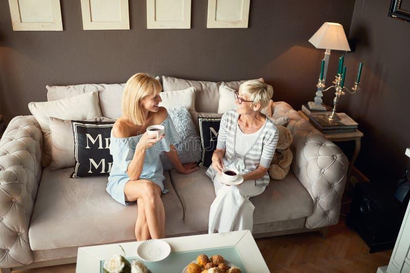 Sala de visitas com duas mulheres quando café da bebida foto de stock royalty free