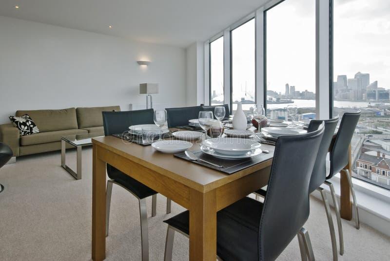 Sala de visitas com instalação da tabela de jantar foto de stock royalty free