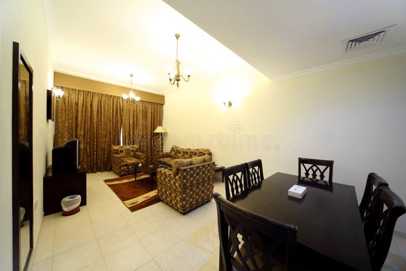 Sala de visitas com sofá, tevê e tabela imagem de stock