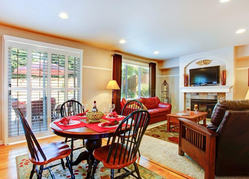 Sala de visitas com a tabela servida do dinig na casa luxuosa foto de stock