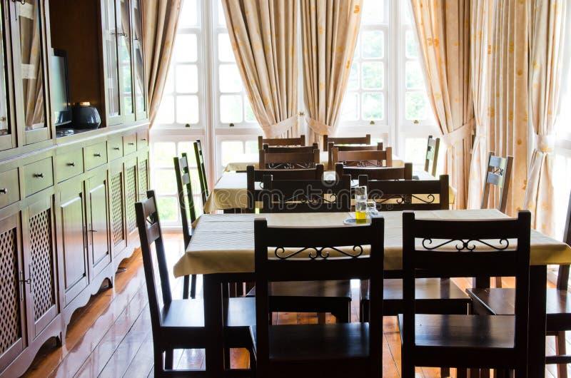 Sala de visitas com tabelas e cadeiras em um restaurante fotos de stock royalty free