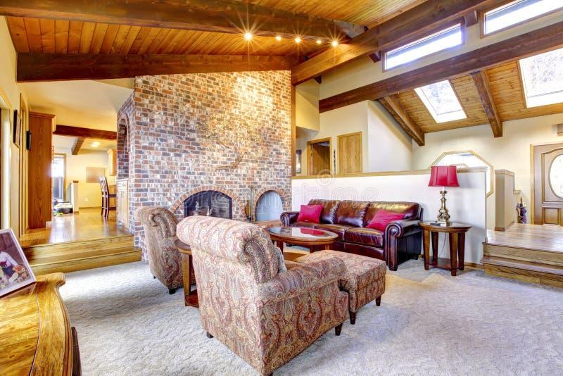 Sala de visitas com teto e a chaminé de madeira. foto de stock