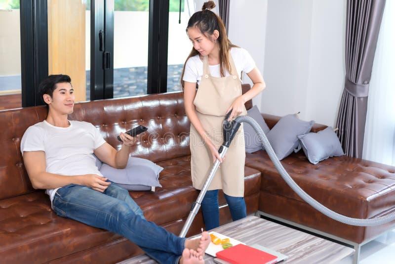 Sala de visitas da limpeza dos pares em casa imagem de stock