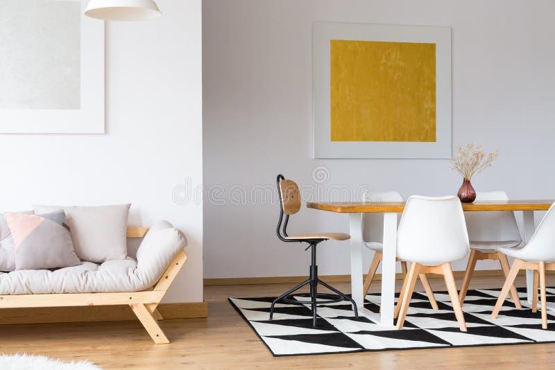 Sala de visitas decorada com pinturas imagem de stock royalty free