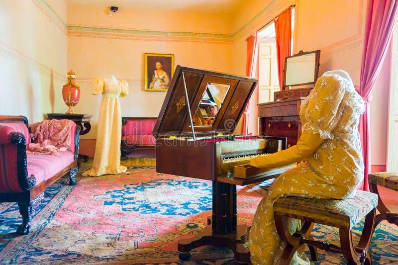 Sala de visitas decorada em incluir de madeira das tabelas imagens de stock royalty free