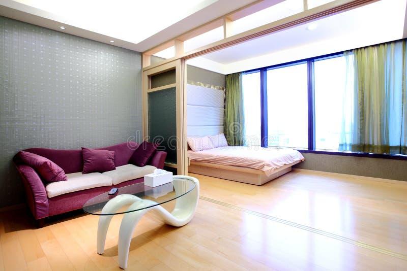 Sala de visitas do apartamento e quarto da cama foto de stock
