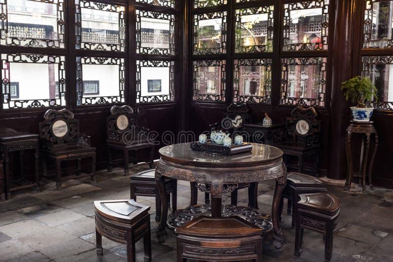 Sala de visitas do estilo chinês dentro jardina, Yangzhou, China imagem de stock royalty free