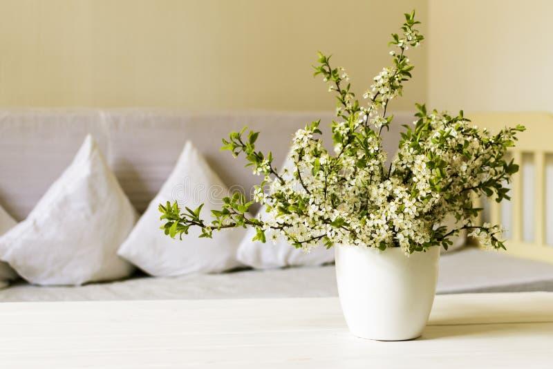 Sala de visitas do estilo country Flor da cereja no potenciômetro branco na tabela de madeira Ainda vida 1 fotos de stock