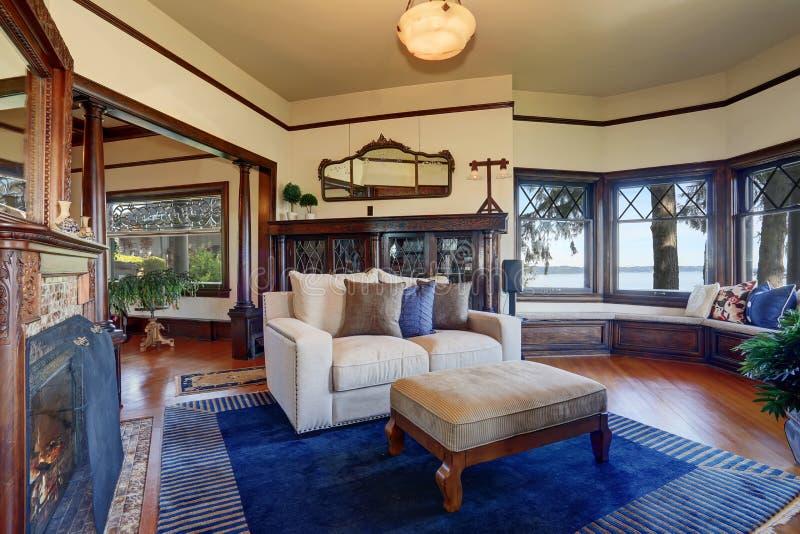 Sala de visitas do estilo do vintage com chaminé e o armário de madeira antigo foto de stock