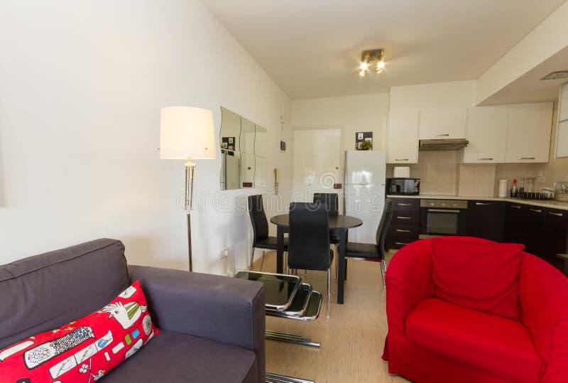 Sala de visitas e cozinha modernas em Wenge e em cores vermelhas imagens de stock