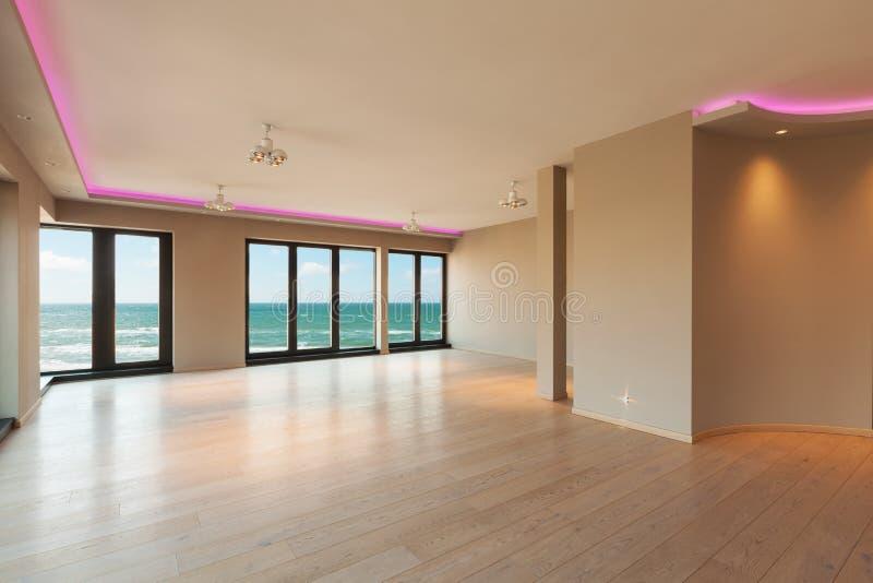 Sala de visitas em um apartamento moderno, opinião do mar foto de stock