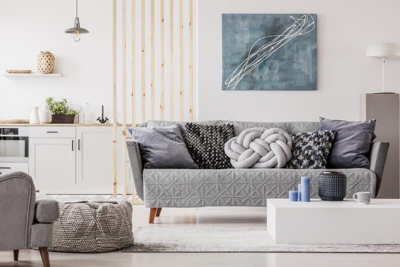 Sala de visitas escandinava natural interior com mobília de madeira, imagem do modelo na parede branca vazia fotos de stock royalty free