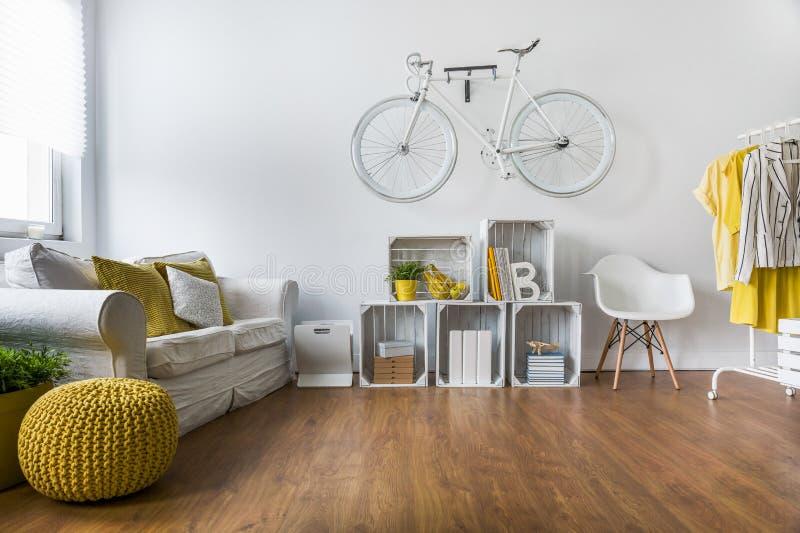 Sala de visitas espaçoso com assoalho de madeira imagens de stock