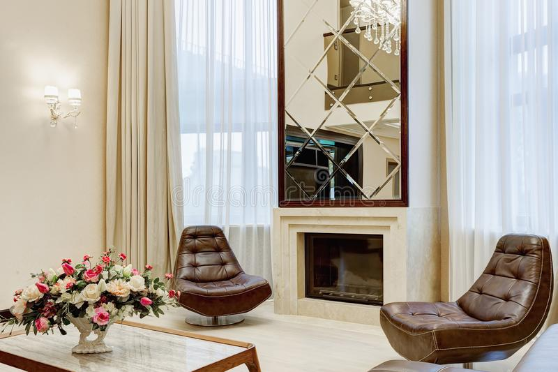 Sala de visitas interior clássica com chaminé fotografia de stock royalty free