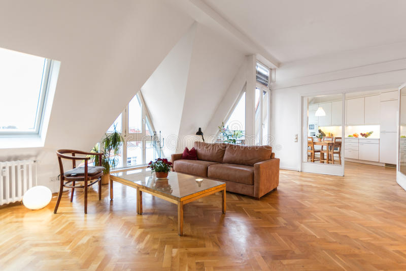 Sala de visitas, interior home bonito com assoalho de madeira, foto de stock