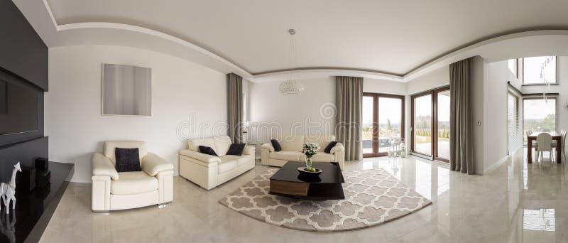 Sala de visitas minimalistic espaçoso foto de stock royalty free