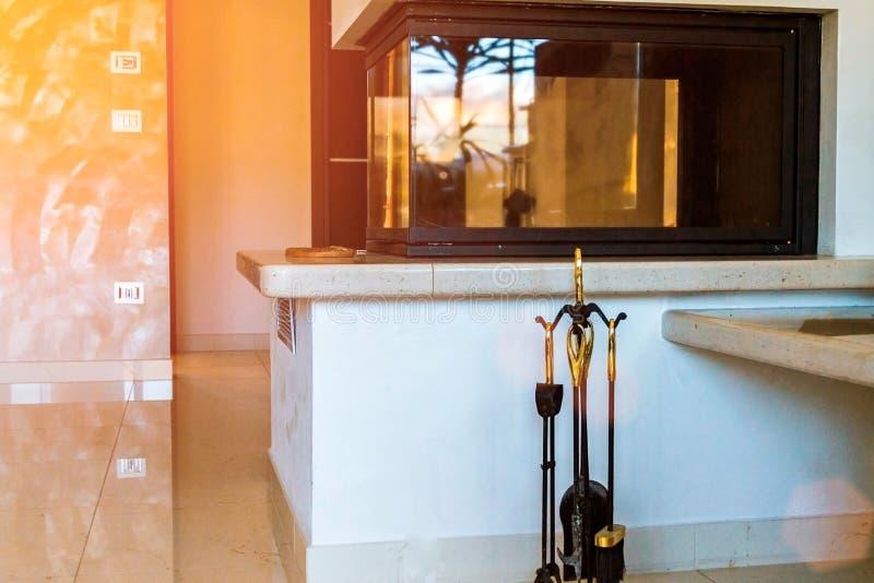 Sala de visitas moderna com chaminé, interesse home, chaminé de vidro, aquecimento doméstico fotografia de stock royalty free
