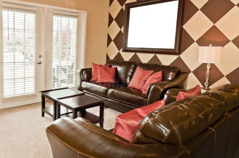 Sala de visitas moderna do apartamento com moldura para retrato vazia fotos de stock