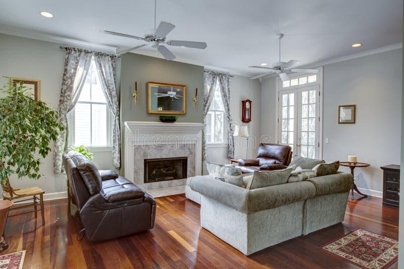 Sala de visitas moderna luxuosa com chaminé imagem de stock royalty free