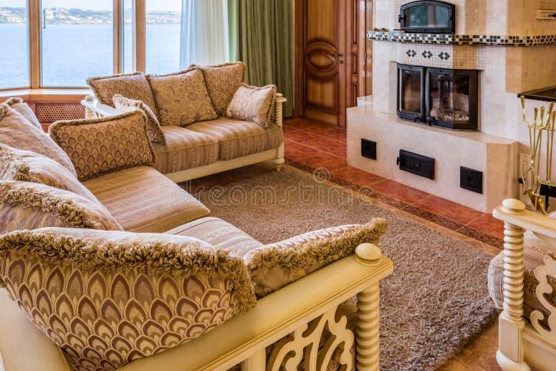 Sala de visitas na casa nova luxuoso imagem de stock