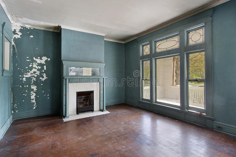 Sala de visitas na HOME abandonada velha imagens de stock royalty free