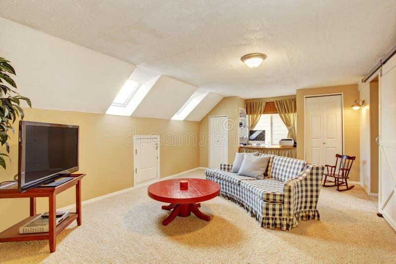 Sala de visitas secundária clássica com tapete, tevê, e sofá fotografia de stock