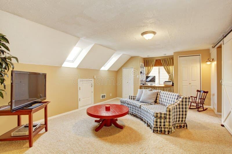 Sala de visitas secundária clássica com tevê e sofá imagens de stock royalty free