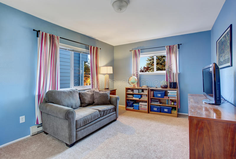 Sala de visitas secundária com paredes azuis fotografia de stock