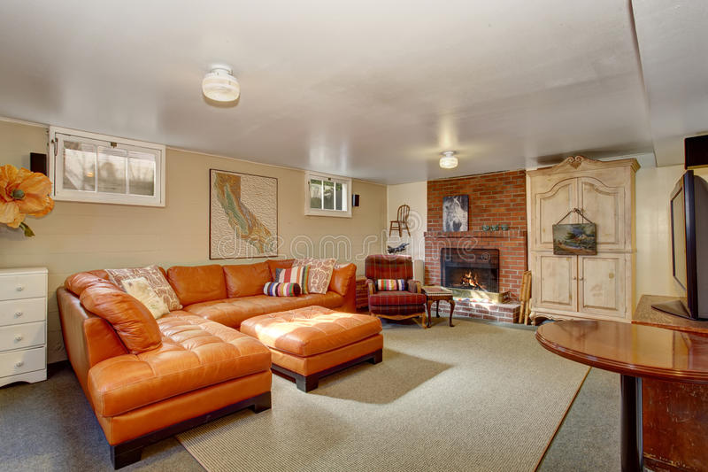 Sala de visitas secundária com sofá alaranjado fotos de stock royalty free