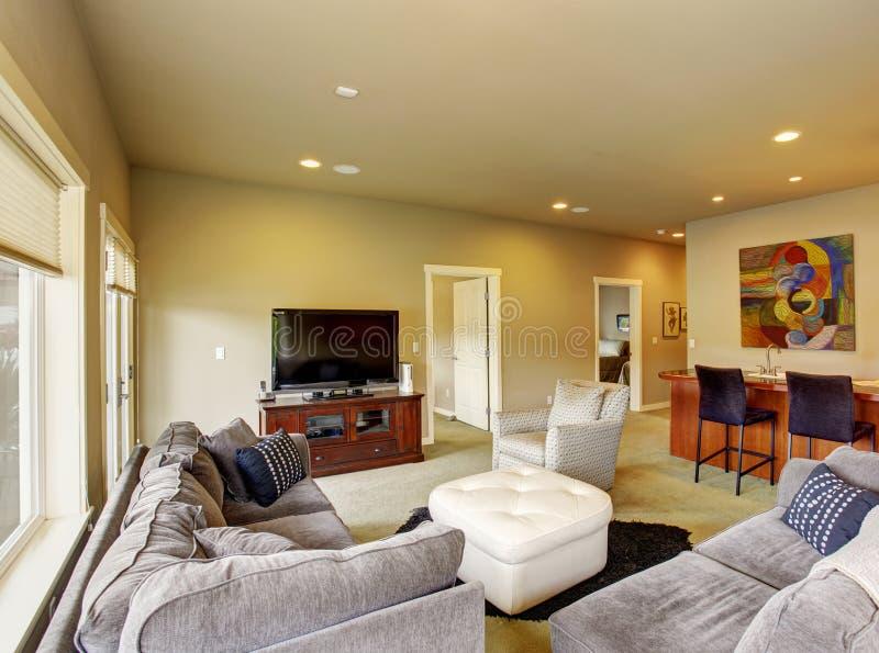 Sala de visitas secundária com tapete e barra com tamboretes imagem de stock royalty free