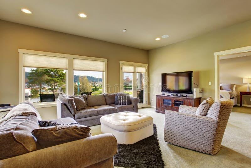 Sala de visitas secundária com tapete e janelas imagens de stock royalty free
