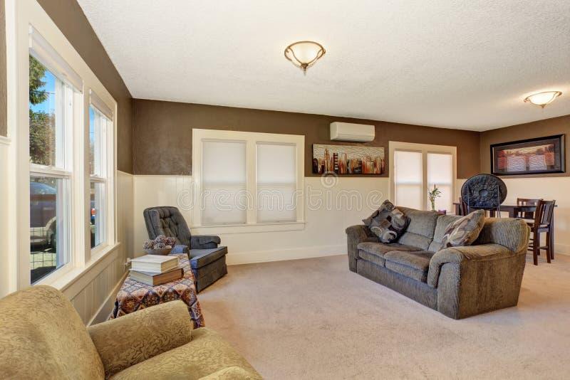 Sala de visitas secundária simples com sofá cinzento fotografia de stock royalty free