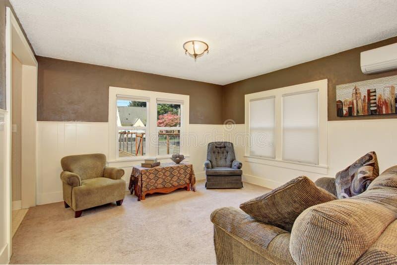 Sala de visitas secundária simples com sofá cinzento imagens de stock