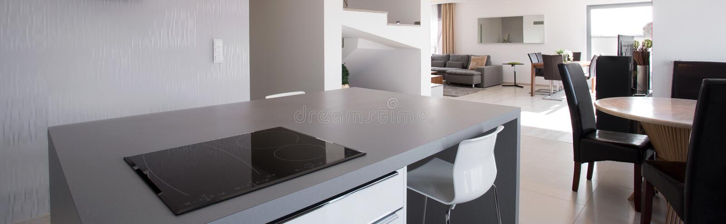 Sala de visitas vista da cozinha fotos de stock