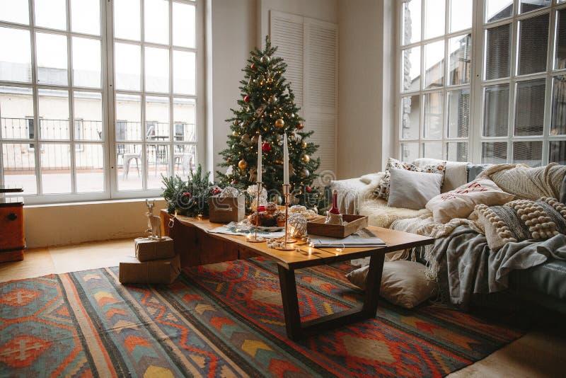 Sala decorada do Natal com a árvore de abeto bonita imagens de stock