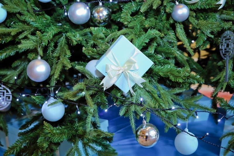 Sala decorada do Natal com a árvore de abeto bonita Dia do ` s do Natal e do ano novo, presentes azuis Coleção de pouco imagens de stock royalty free