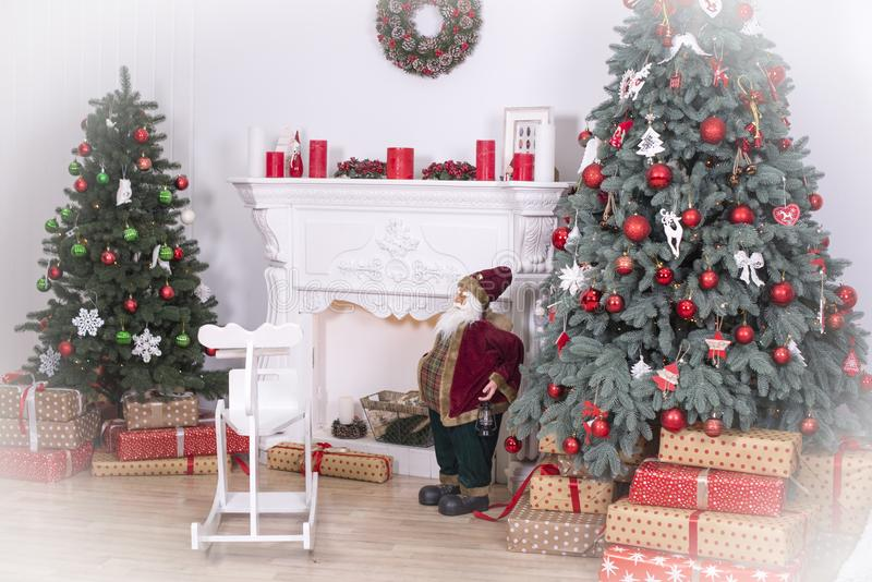 Sala decorada holdiay bonita com a árvore de Natal com presentes sob ela fotos de stock