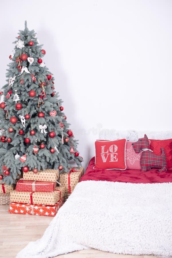 Sala decorada holdiay bonita com a árvore de Natal com presentes sob ela imagens de stock