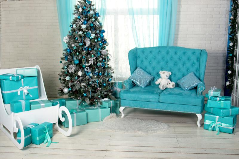 Sala decorada holdiay bonita com a árvore de Natal com presentes sob ela luz - azul, turquesa e máscaras interiores brancas com imagens de stock royalty free